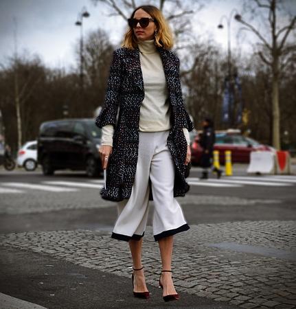 파리 - 2017 년 3 월 7 일 파리 패션 위크 동안 Candela Pelizza와 거리에서 에디토리얼