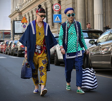 milánó: MILAN- 18 June 2017 Anna and Laura Facchini on the street during the Milan Fashion Week