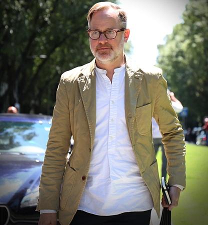 ミラノ-2017 年 6 月 19 日ミラノ ・ ファッション ・ ウィーク中に路上ブルース Pask