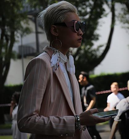 milánó: MILAN- 19 June 2017 Esther Quek on the street during the Milan Fashion Week Sajtókép