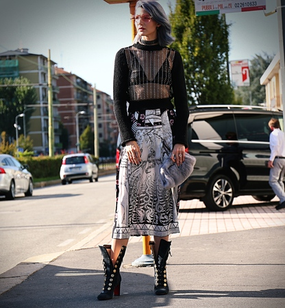 milánó: MILAN- 20 September 2017 Woman on the street during the Milan Fashion Week Sajtókép