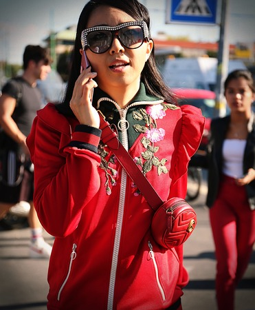 milánó: MILAN- 20 September 2017 Yuwei Zhangzou on the street during the Milan Fashion Week