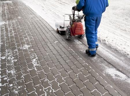 arando: Hombre trabajando con una nieve soplando la m�quina