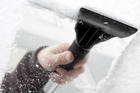 gratter de neige et de glace dans le pare-brise de voiture