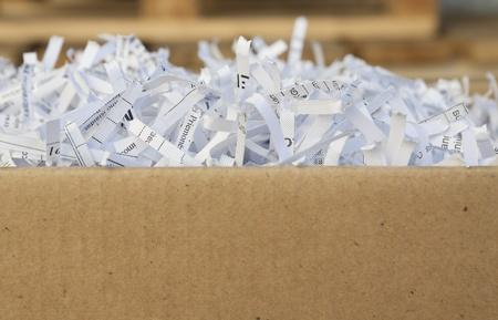 Gros plan des bandes de papier déchiqueté de déchets