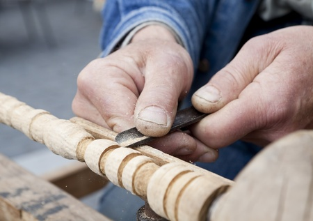 wood carving process with metal chisel Imagens