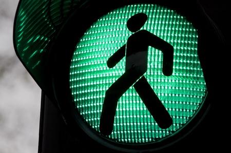 Les feux de circulation avec la lumière verte s'allume.