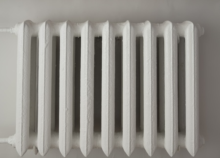White radiator in the dark stairwell Imagens - 10968939