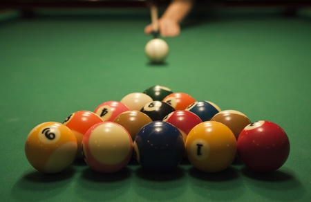 cues: The start of the game of pool (billiard). Episode of pool game play