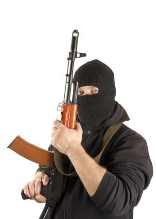 hijacker: El hombre en la m�scara con la pistola sobre fondo blanco Foto de archivo