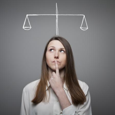balanza en equilibrio: Chica lleno de dudas y vacilaciones