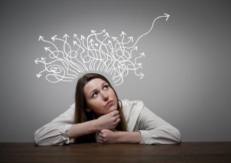 laberinto: Pensamiento. Chica resolver un problema. Foto de archivo