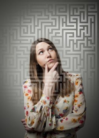 Jeune femme à la recherche de la solution.