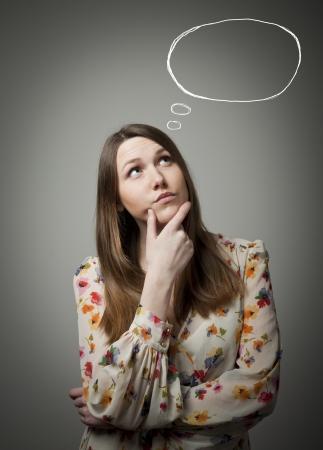 esitazione: Pensare. Ragazza piena di dubbi e tentennamenti