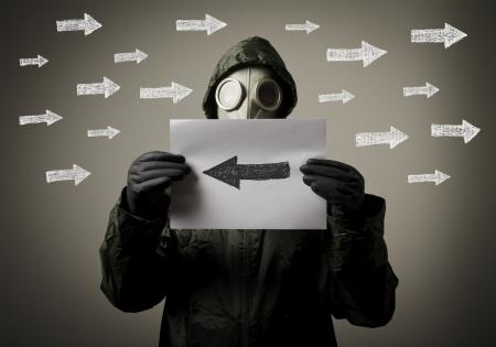 esitazione: Maschera antigas e frecce uomo pieno di dubbi e tentennamenti