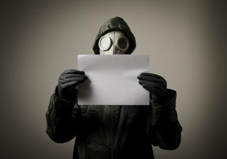 gasmasker: Man met een gas masker op zijn gezicht en die Witboek
