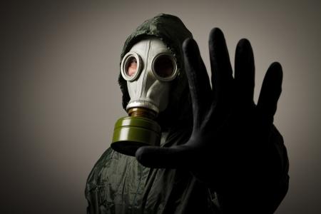 彼の顔に、防毒マスクを着た男 写真素材
