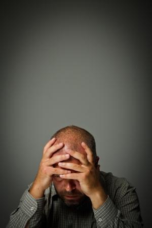 dolor de cabeza: Expresiones Dolor de cabeza, sentimientos y estados de �nimo Hombre que sufre de dolor de cabeza