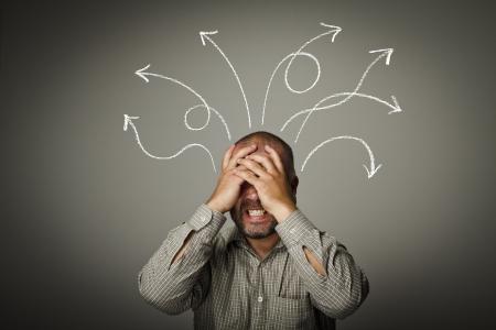 caras emociones: El hombre la solución de un Expresiones de problemas, sentimientos y estados de ánimo