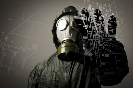 Man wearing a gas mask on his face  Gas mask and city map  Evacuation concept Imagens - 27884200