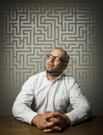 Man in thoughts  Man in white solving maze  Maze concept   Imagens