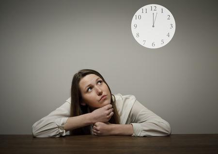 esitazione: Ragazza di pensiero pieno di dubbi e esitazioni concetto di Tempo Diversi minuti dopo dodici