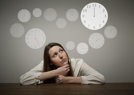 esitazione: Ragazza di pensiero pieno di dubbi e esitazioni concetto di Tempo