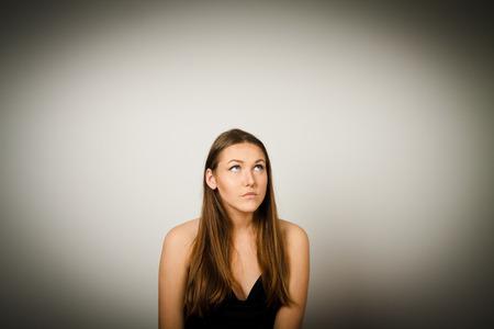 esitazione: Ragazza in nero � pieno di dubbi e esitazioni. Giovane donna sta facendo qualcosa.
