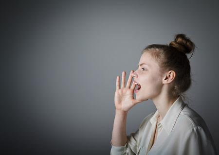 comunicacion oral: Mujer joven está gritando algo. Mujer joven y delgada.