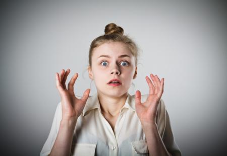 berros: Una mujer delgada joven se sorprende por algo. Concepto de miedo. Foto de archivo