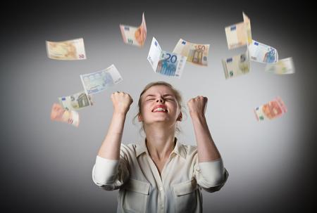 歓喜。若いスリム女性と立ち下がりのユーロ紙幣。成功、通貨および宝くじのコンセプトです。