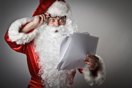 Papá Noel está leyendo las letras