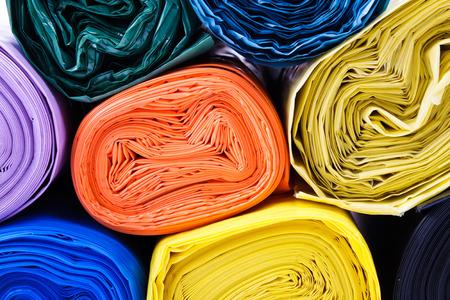 Gekleurde vuilniszakken op een witte achtergrond Stockfoto