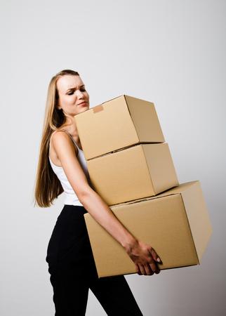 Donna in possesso di un mucchio di pacchetti imballati. Donna, fare, qualcosa. Cartone.