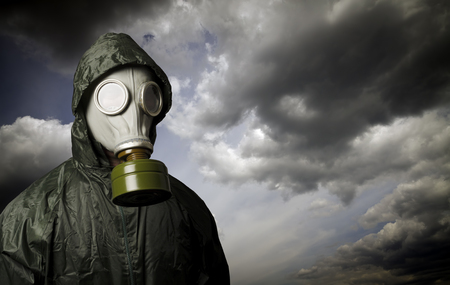 ガスマスクとドラマチックな空サバイバルコンセプト。