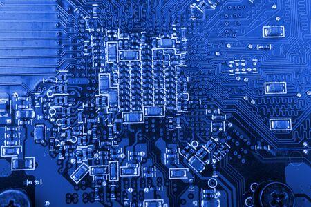 Carte graphique. Une partie de la carte graphique rouge comme arrière-plan. Industrie de la technologie et de l'électronique. Macro.