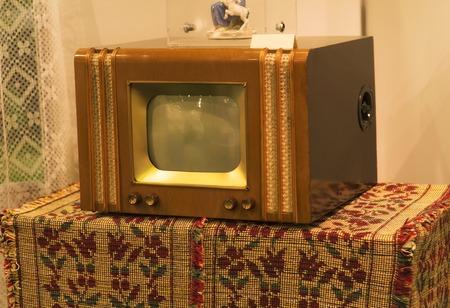 テーブルの上の 70 年代からのレトロな古いテレビ。ビンテージ instagram スタイル フィルター写真