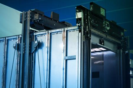 Liftinstallatie, Lifttechnicus Een moderne lift installeren Stockfoto