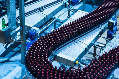 Bierflaschen auf dem Förderband Standard-Bild - 79668066