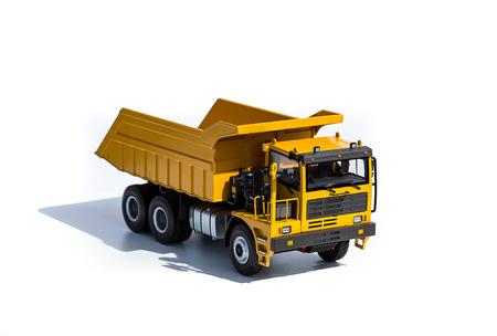 小型三輪トラック影と白い背景で隔離のダンプカー