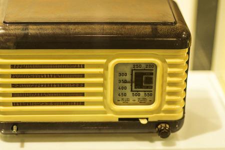 transistor: Retro vieja televisión de los años 70 en la mesa. Foto filtrada estilo instagram de la vendimia