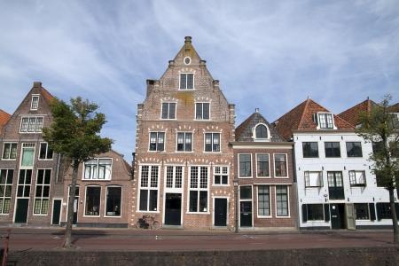 in row: Antigua casa situada en la del puerto de la histórica ciudad holandesa de Hoorn