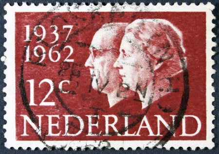 stempeln: NETHERLANDS - CIRCA 1962  A stamp printed in the Netherlands from the  Silver Wedding  issue shows Queen Juliana and Prince Bernhard, circa 1962   Stock Photo