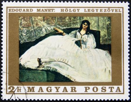 HONGARIJE CIRCA 1975 postzegel gedrukt in Hongarije Een vrouw zit op de bank met haar mooie jurk, circa 1975