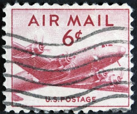ESTADOS UNIDOS - CIRCA 1947 sello muestra aviones de transporte militar C-54 de Douglas DC-4 Skymaster, alrededor de 1947 Foto de archivo - 23706081