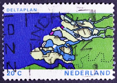shorten: PA�SES BAJOS - CIRCA 1972 un sello impreso en los Pa�ses Bajos muestra el mapa de Delta, Proyecto Plan Delta para acortar el Litoral, alrededor del a�o 1972