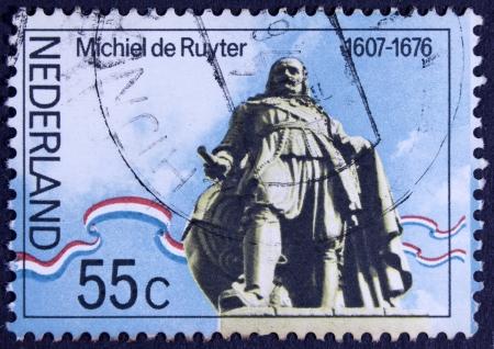 PAYS-BAS - CIRCA 1976 Un timbre imprimé en Hollande montre statue ofAdmiral Michiel de Ruyter Adrianszoon sur la mer à Flushing, circa 1976 Banque d'images - 23706931