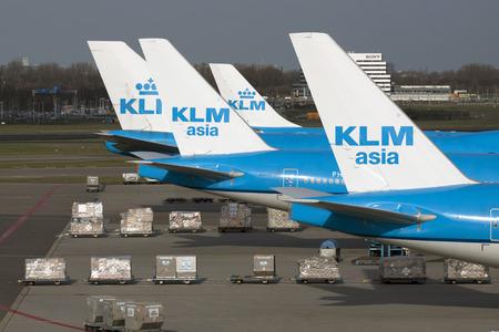 AMSTERDAM, Holland- 23 februari 2014: Klm Boeing-vliegtuigen geparkeerd op de passagiersterminal