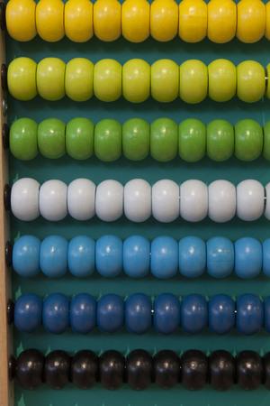 Abacus counting frame. Calculating tool with rainbow colored beads sliding on wires. Gebruikt in pre- en in elementaire scholen als hulpmiddel in het onderwijs van het numerieke systeem en arithmetic of as toy.