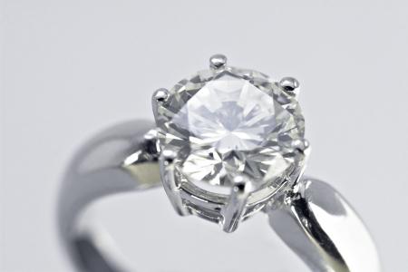 anillo de compromiso: Dos quilates de diamantes anillo de compromiso con el fondo blanco Foto de archivo
